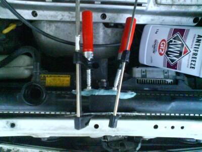 шпатлевку равномерно распределил по всей поверхности, сверху пластину и поджал струбцинами. Красные ручки со стороны двигателя.