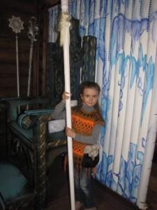 Ирина примеряет посох деда Мороза - IMG_3169.JPG