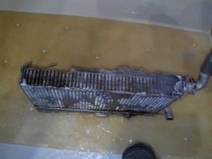 Подключил воду из под крана. Поток 6-10л мин. Все просочилось в соты максимум до половины радиатора. Вот и ответ, почему водительская сторона не греет. - IMG_20181224_222538.jpg
